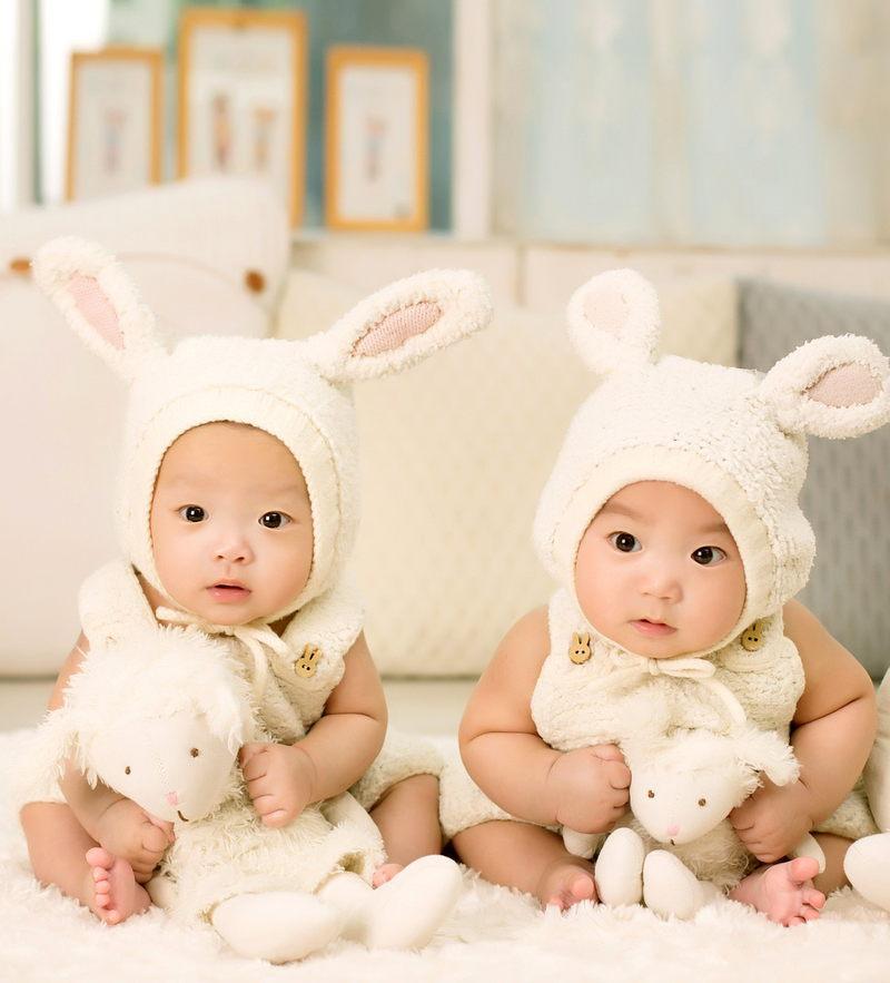 Zwillinge mit Hasen